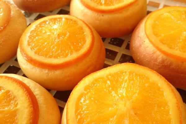 オレンジが乗ったパン