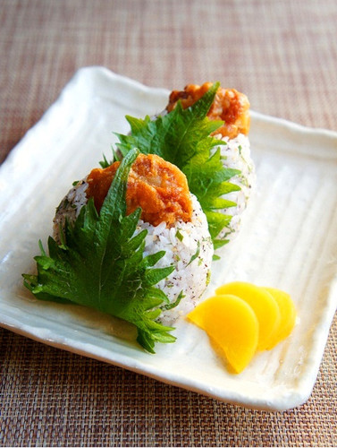 Shiso Omusubi with Chicken Karaage For Cherry Blossom Parties & Picnics