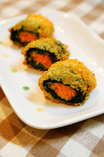 Cheese-Flavored Fried Salmon and Spinach