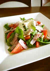 Tomato Salad with Arugula and Bacon