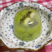 Easy Whole Kiwi Jello using Kanten