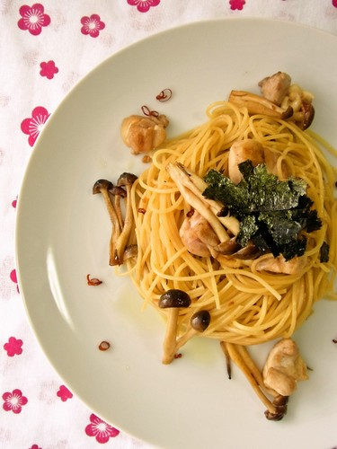 Everyone's Favorite Mushroom and Chicken Pasta with Butter Soy Sauce