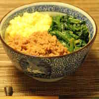 Old Fashioned Tri-color Rice Bowl with Chicken Soboro