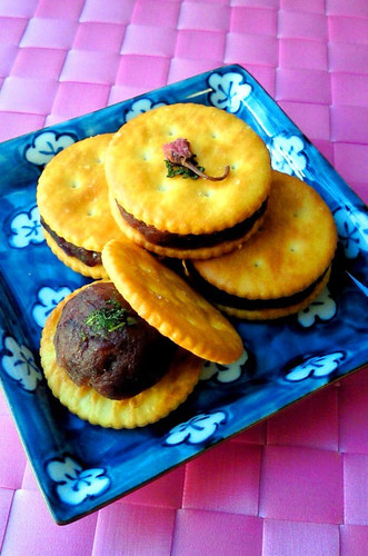 Monaka-style Adzuki Bean Cracker Sandwiches With the Aroma of Pickled Plums and Shiso Leaves