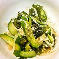 Easy and Refreshing Salad with Bean Sprouts and Wakame