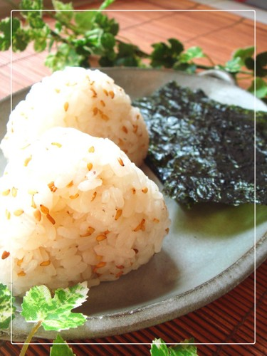 Fragrant with Sesame Oil - Onigiri (Rice Balls) with Dashida Soup Stock