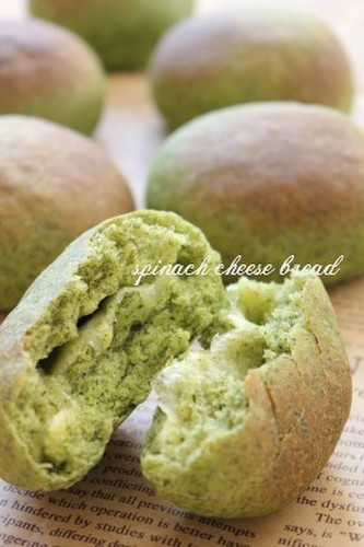 Vivid Green Spinach and Cheese Bread Rolls
