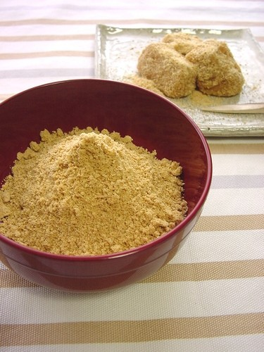 Kinako (Toasted Soy Bean Flour) Made with Soybeans Leftover From Setsubun + Kinako Mochi