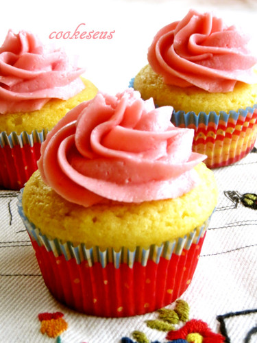 Classic American Vanilla Cupcakes