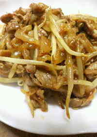 Simple Main Dish with Pork, Onion and Bean Sprouts