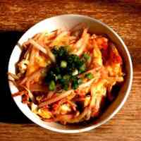 Looks like prawns with chili sauce! Easy rice bowl only with bean sprouts
