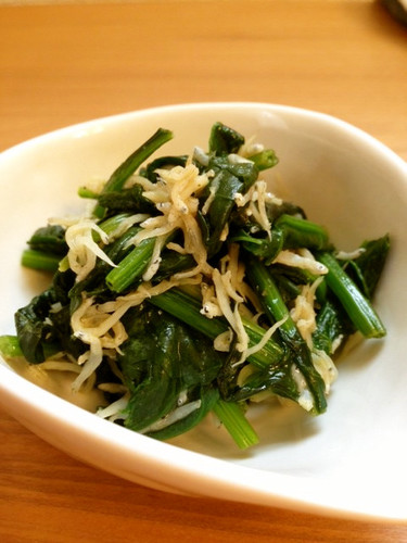 Spinach and Shirasu in a Light and Refreshing Lemon Stir-fry