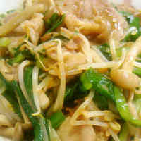 Stamina-Boosting Pork, Chinese Chives, and Bean Sprouts Stir-fry