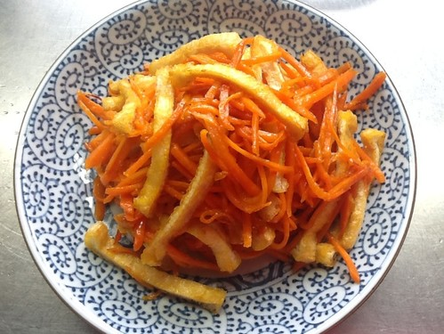 A Bento Space-Filler! Easy, Sweet and Sour Stir-Fried Aburaage and Carrot