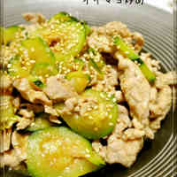 Sliced Pork and Zucchini Fried with Oyster-Mayo Sauce