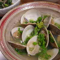 Sake-Steamed Springtime Clams and Nanohana