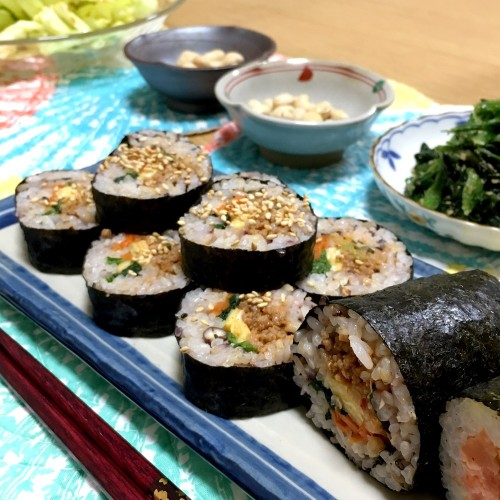 Quick and Easy Kimbap!  Korean Style Seaweed Rolls