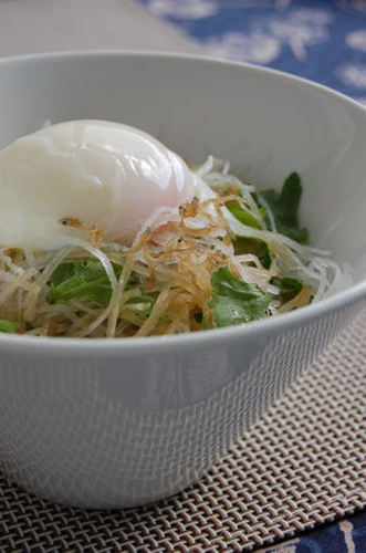 Japanese-style Daikon Radish and Chrysanthemum Greens Salad with Jako Fish