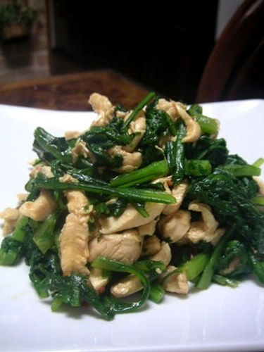 Tender Chicken Breast and Chrysanthemum Greens with Garlic and Soy Sauce