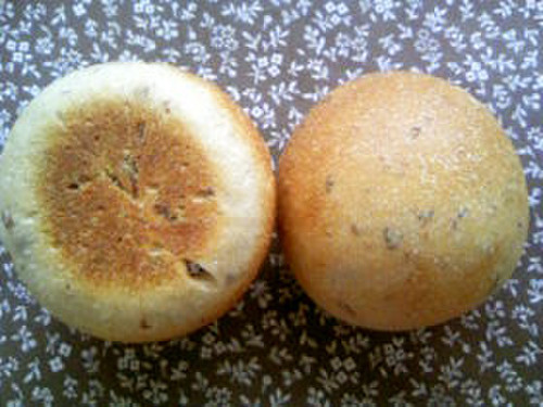 Waste-free Bread Rolls with Raisin Leaven