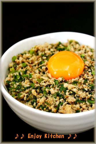 Sweet-Savoury Fried Komatsuna and Minced Chicken Rice Bowl