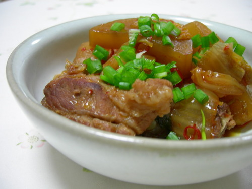 The Meat is Fall-Apart Tender! Daikon Radish and Spareribs Simmered with Kimchi