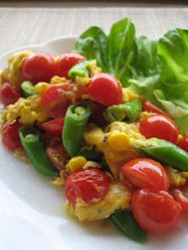 Scrambed Eggs with Colourful Vegetables and Tuna
