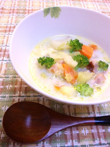 A chowder full of vegetables with bacon and welsh onions